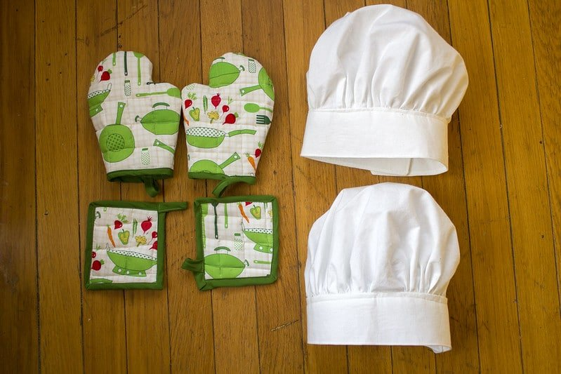 Oven mitts, pot holders, chef hats