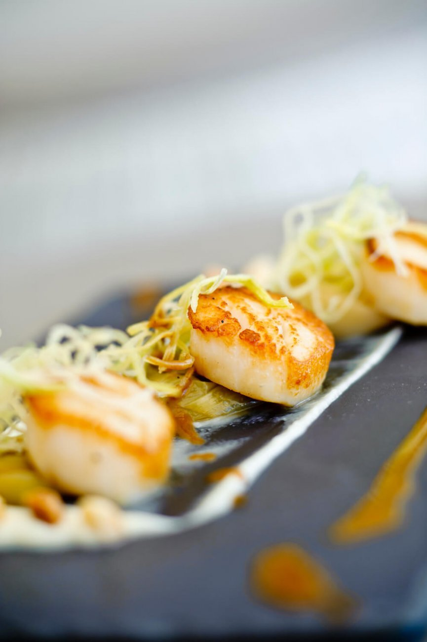 GRILLED SCALLOPS, JERUSALEM ARTICHOKE, LEEKS AND MACADAMIA PRALINE WITH APPLE BALSAMIC