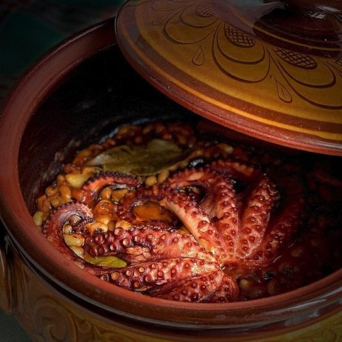 Octopus with black-eyed beans in the hull