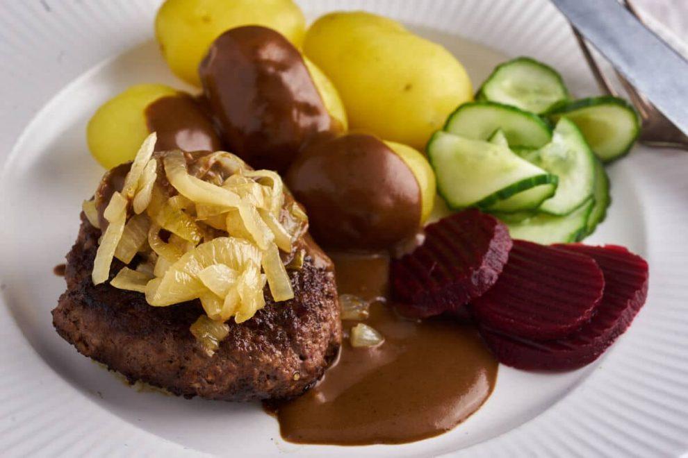 Dansk Hakkebøf med Bløde Løg (Minced Beef with Fried Onions)