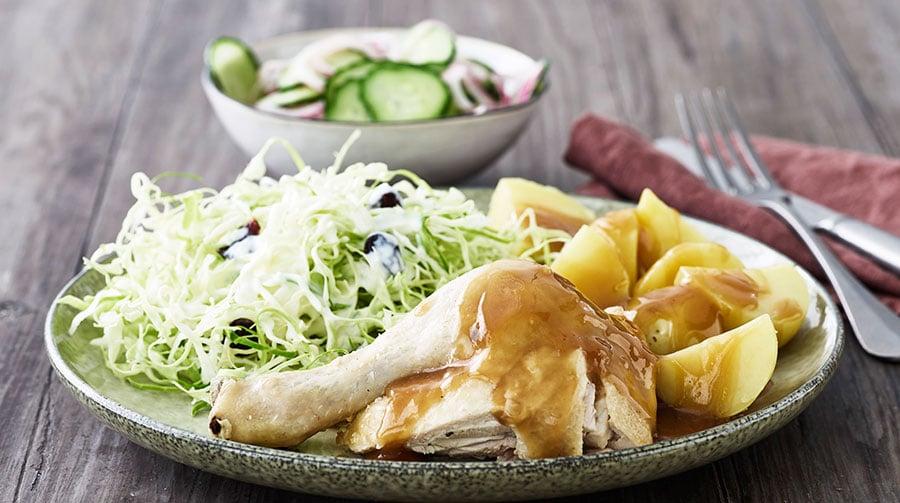 Grydestegt kylling med skilt sauce og mormor salat