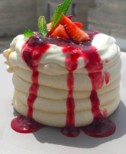 Pavlova with Yogurt and Berries