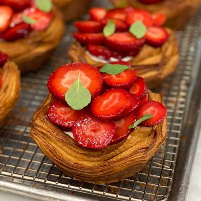 Strawberry croissant tart, mascarpone cream and strawberry gel